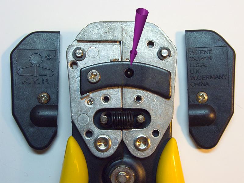 Устройство стриппера для зачистки проводов. Конструкция с зубцом, который цепляется за отверстие в планке