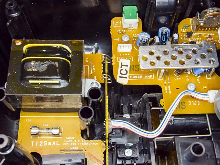 Проволочный трансформатор ~220 на 9 В слева. Под радиатором справа НЧ-усилитель 2 х 3 Вт