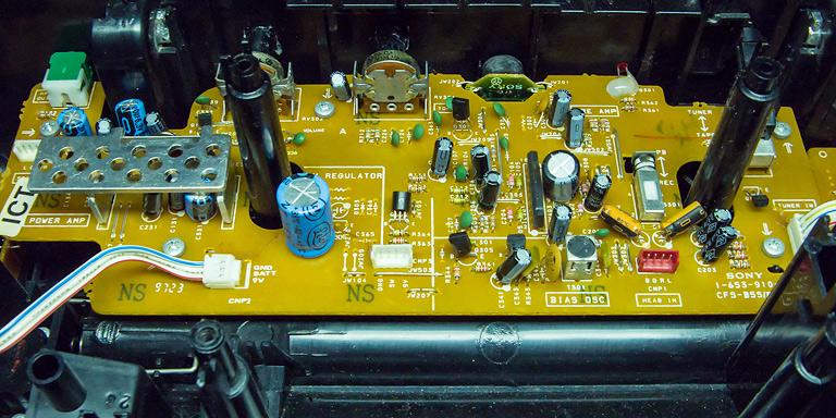 Электронная плата внутри кассетной магнитолы Sony CFS-B7S. Разборка, как работает