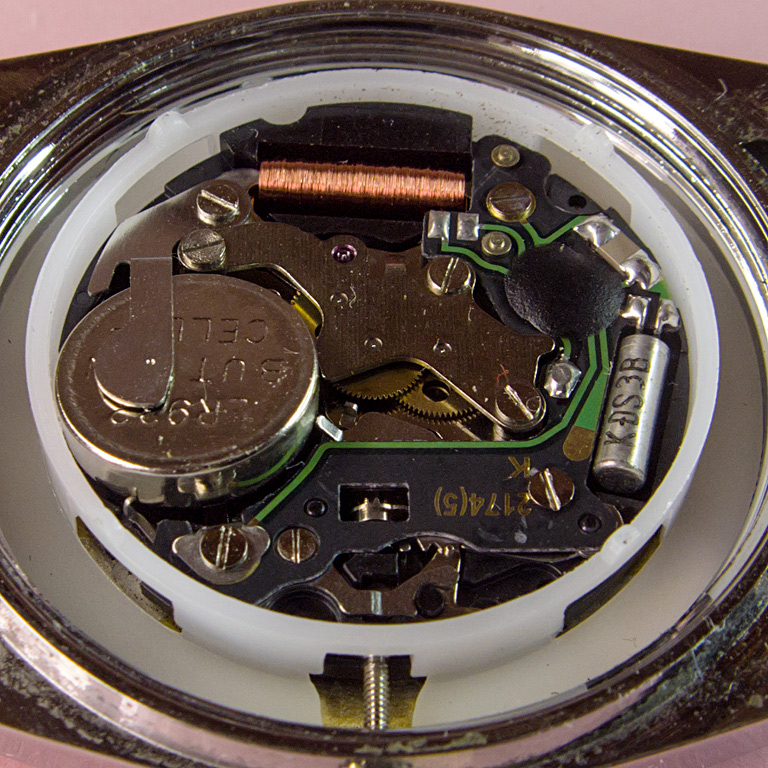 В хорошие кварцевые наручные часы с Алиэкспресса можно впихнуть очень большую батарейку