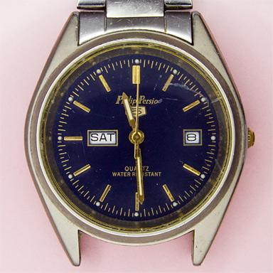 Старые наручные кварцевые часы с датой и днём недели 2000-го года, т. е. через 17 лет эксплуатации. Ходят