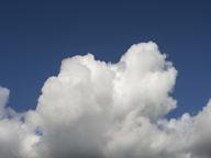 Фон для рабочего стола 2048 х 1536. Синее небо и облако снизу.