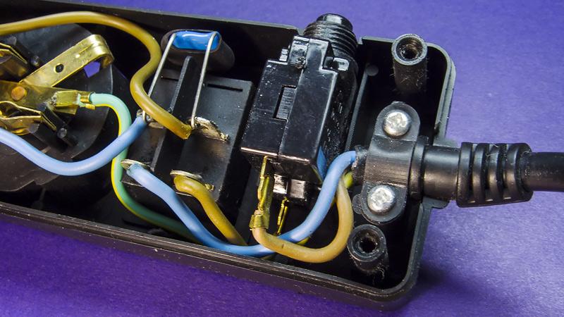 Что внутри сетевого фильтра, тройника, удлиннителя - разборка, назначение деталей