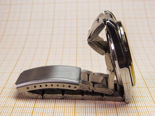 Браслет наручных часов в качестве подставки для того, чтобы сделать настольные часы из наручных