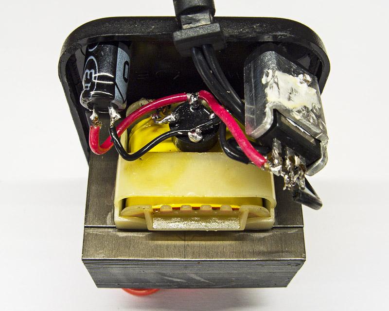 Компактное размещение выпрямителя и стабилизатора в маленьком корпусе адаптера питания с проволочным трансформатором переменного тока