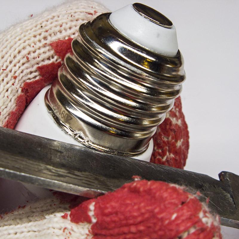 Попытка оторвать цоколь со светодиодной лампы