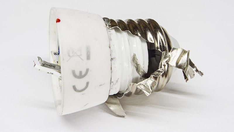 Как снять цоколь светодиодной лампы E14 с керамической основой