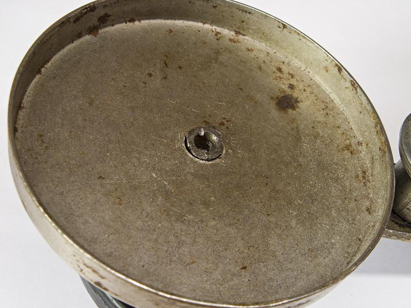 Место крепления рукоятки к колпаку закаточной машинки заклепано, запресовано