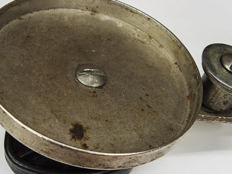 Гайка с полукруглой головкой в крышке-колпаке закаточной машинки