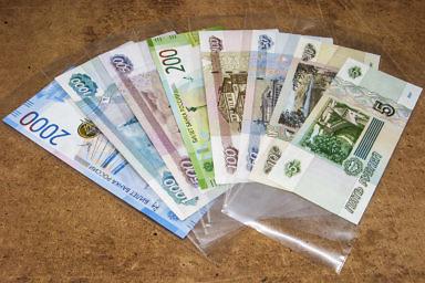 Упаковка денежных купюр, бон, в пластикоые чехлы для сохранности