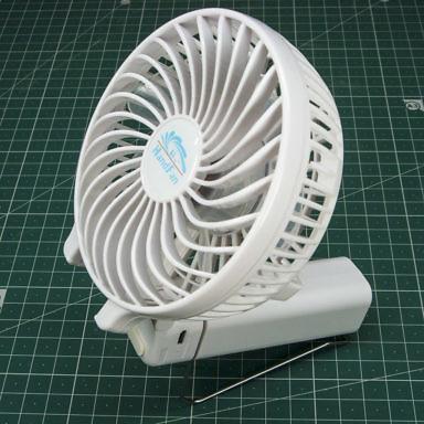 Металлическая рамка для ручного складного компактного переносного вентилятора нужна для того, чтобы он соял на столе и дул вверз под любым углом
