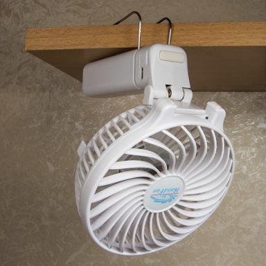 Благодаря прищепке ручной складной переносной вентилятор с Алиэкспресса можно закрепить на полке